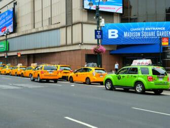 limegroene taxi naast een gele taxi