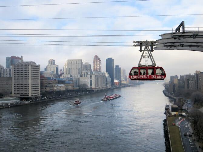 Roosevelt tram vanaf Queens Boro Bridge in New York