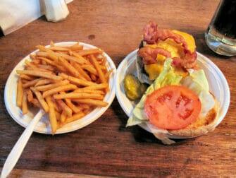 Beste hamburger restaurants in New York - Corner Bistro eten