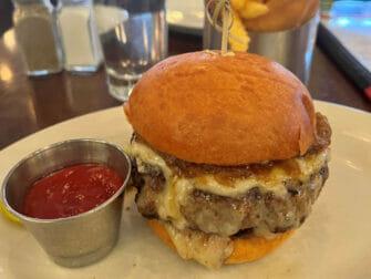 Beste hamburger restaurants in New York - Five Napkin Burger eten