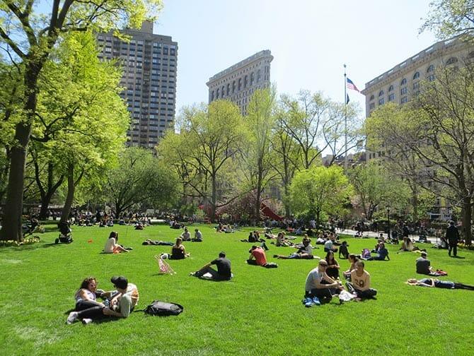 Parken in New York - mensen in Madison Square Park