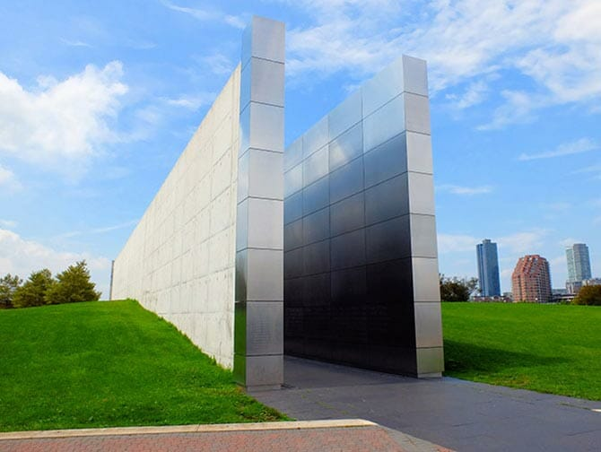Empty Sky Memorial in New Jersey - Uitzicht vanaf de zijkant