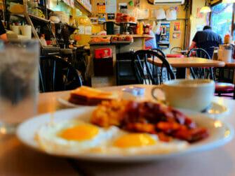 Ontbijten in New York - La Bonbonniere ontbijt