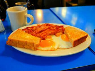 Typisch Amerikaans eten in New York Sunny side up