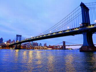 Manhattan Bridge in New York - In de avond