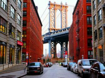Manhattan Bridge in New York - Met Empire State Building